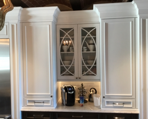 white kitchen cabinets with crwon moulding
